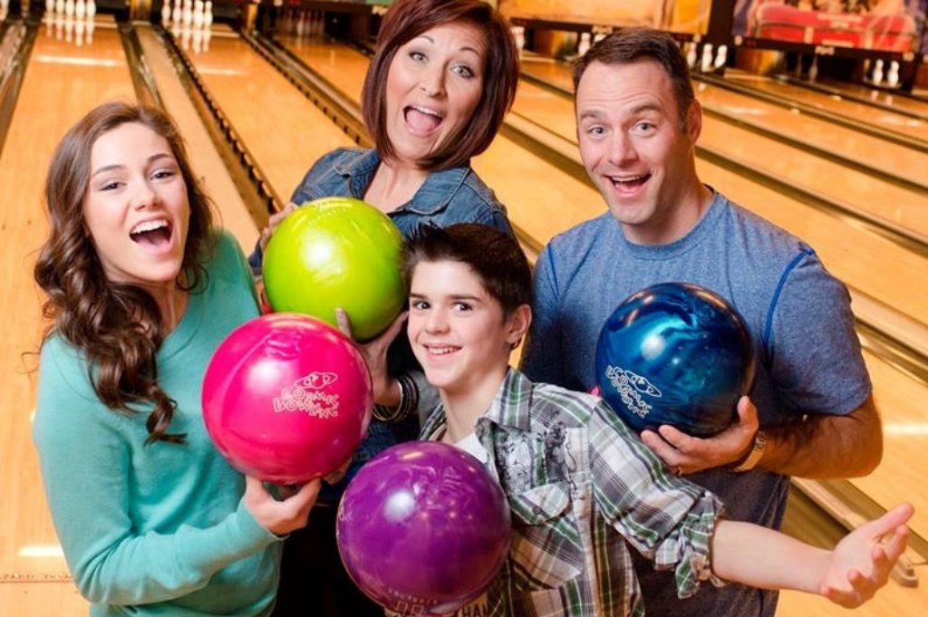 family bowling special | family bowling | weekend bowling special | family fun in appleton | friday-saturday daily deals | appleton, wi | bowling appleton | super bowl family entertainment center